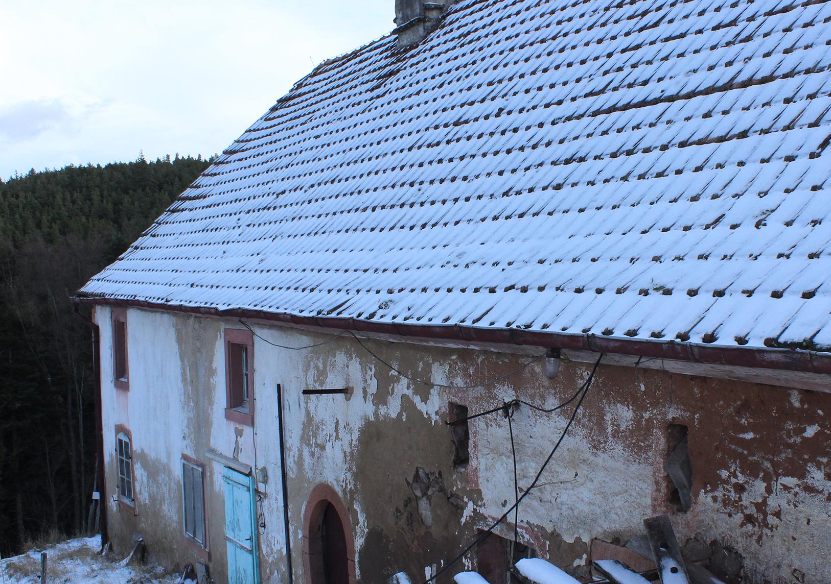 Une arrivée plus ou moins chaotique - Maison sous la neige - Une Ferme à la Bassette