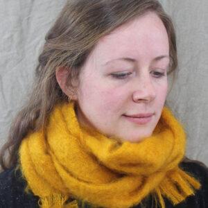 echarpes-tissees-mohair-soie-jaune-soleil-une-ferme-a-la-bassette
