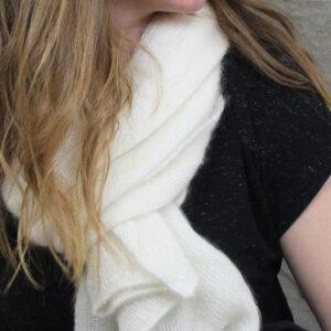 echarpes-tricotees-cote-mohair-soie-blanche-ecru-une-ferme-a-la-bassette