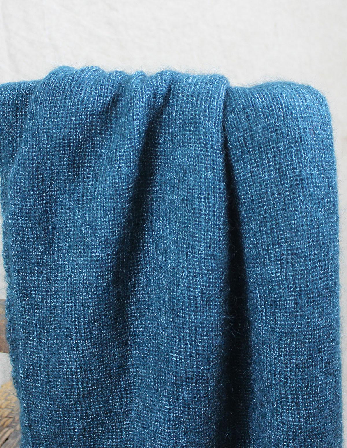 echarpes-tricotees-cote-mohair-soie-bleu-paon-une-ferme-a-la-bassette