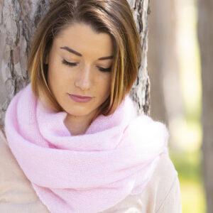 echarpes-tricotees-cote-mohair-soie-rose-poudre-une-ferme-a-la-bassette