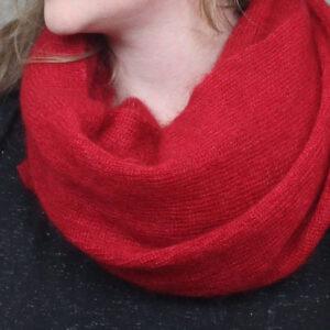 echarpes-tricotees-cote-mohair-soie-rouge-rubis-une-ferme-a-la-bassette