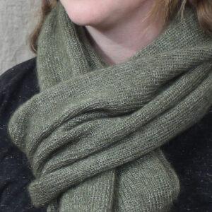 echarpes-tricotees-cote-mohair-soie-vert-kaki-une-ferme-a-la-bassette