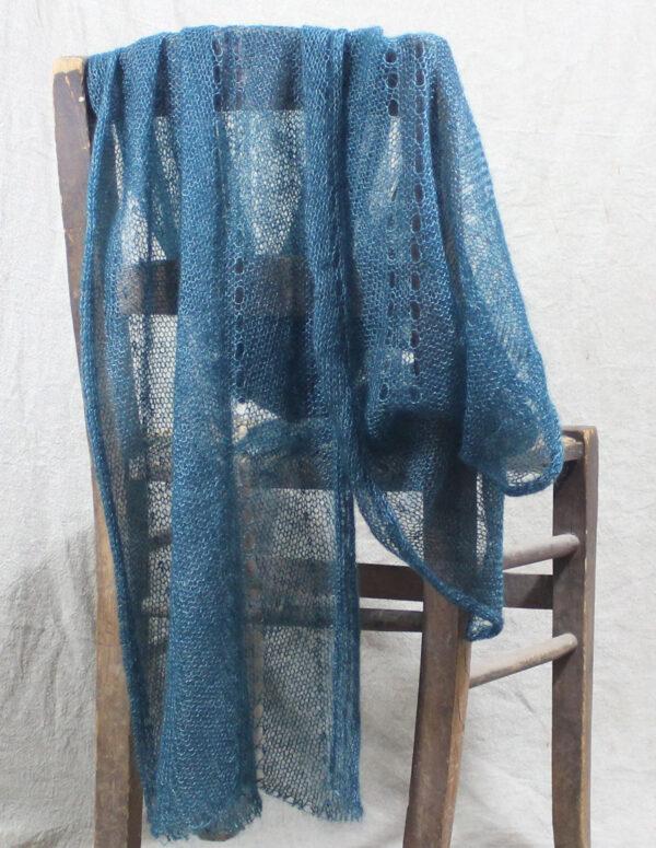 echarpes-tricotees-fines-mohair-soie-bleu-paon-une-ferme-a-la-bassette-1