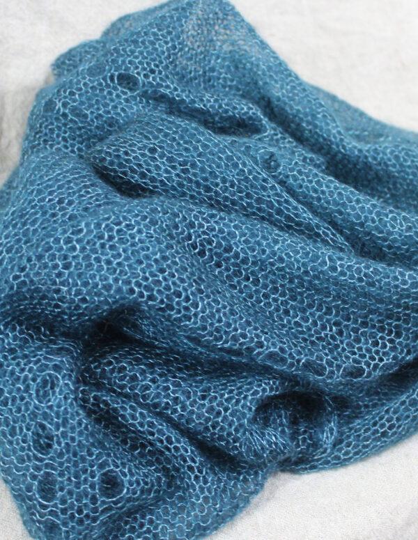 echarpes-tricotees-fines-mohair-soie-bleu-paon-une-ferme-a-la-bassette-2