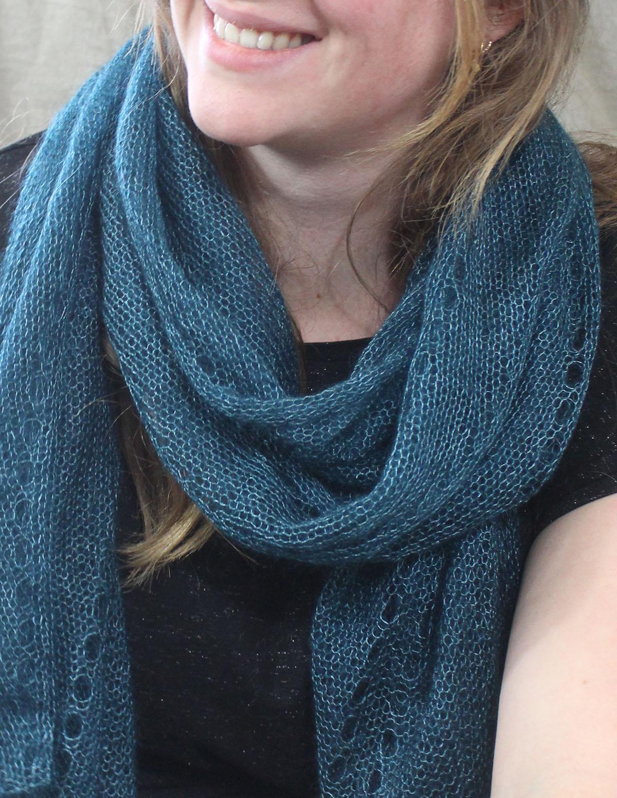 echarpes-tricotees-fines-mohair-soie-bleu-paon-une-ferme-a-la-bassette
